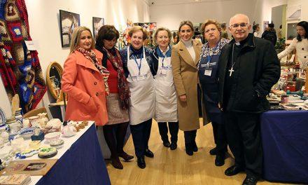 La alcaldesa destaca la labor y compromiso de Manos Unidas en la inauguración de su 'Mercadillo Solidario'