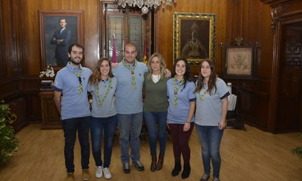 La alcaldesa se interesa por los proyectos de la Asociación Scout Seeonee de Toledo que celebra su 40 Aniversario el año que viene