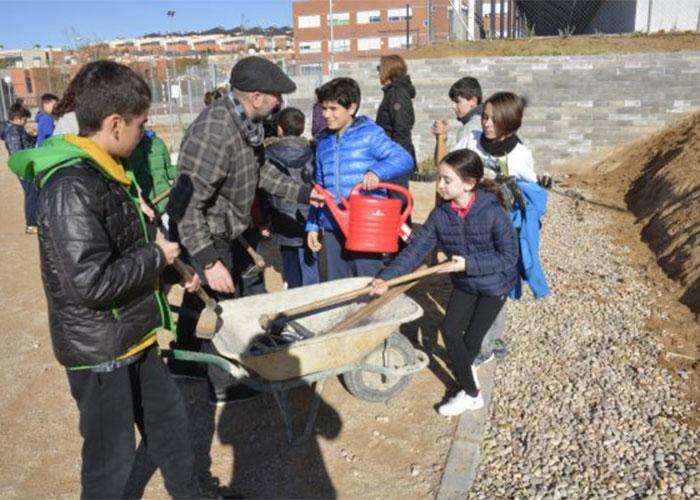 Los escolares del colegio Valparaíso participan en la plantación de lirios en la parcela anexa habilitada por el Consistorio