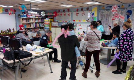 Agentes de la Policía Local amenizan la Navidad de los niños oncológicos del Hospital Virgen de la Salud