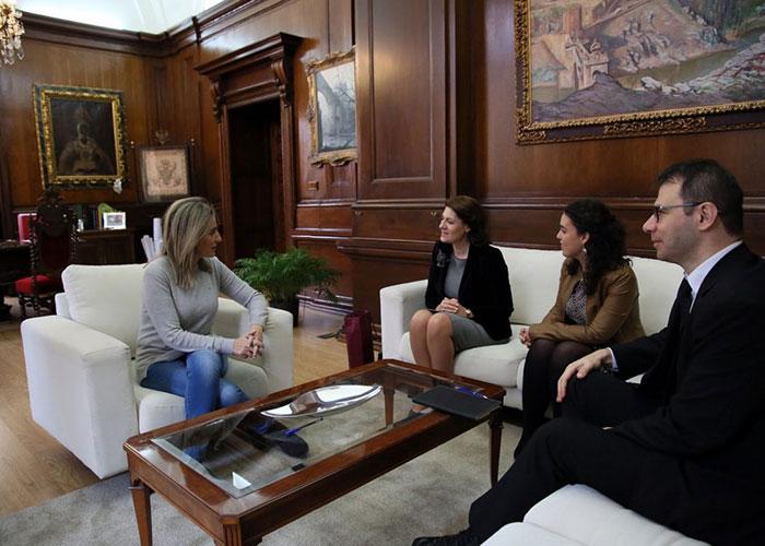 La alcaldesa recibe a la embajadora de Rumanía en España y destaca las relaciones culturales que «nos acercan y enriquecen»