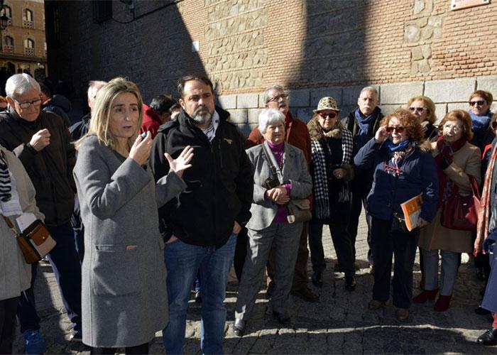 La alcaldesa muestra el apoyo del equipo de Gobierno a los pensionistas y jubilados concentrados en el Ayuntamiento