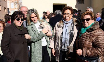 La alcaldesa acompañó a los vecinos del barrio de San Antón y participó en los actos para celebrar al patrón de los animales