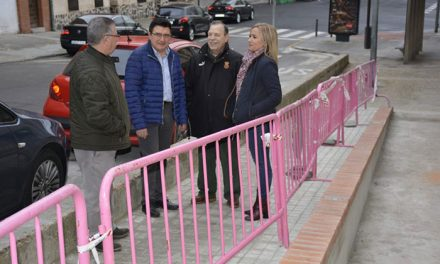 El Ayuntamiento mejora la accesibilidad de Santa Bárbara con una nueva rampa que elimina escalones junto a una parada de bus