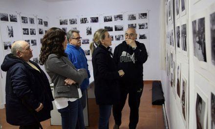 La alcaldesa visita la II Exposición Fotográfica Retrospectiva del Poblado Obrero organizada por la Asociación de Vecinos del barrio