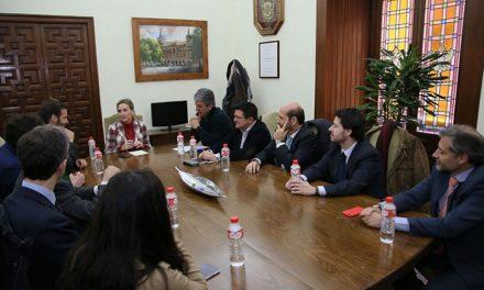 El equipo de Gobierno se reúne con representantes de Puy Du Fou en España para mostrarles su apoyo institucional