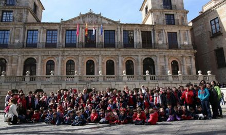 Milagros Tolón recibe a un grupo de escolares del Colegio Infantes que han conocido el funcionamiento del Consistorio