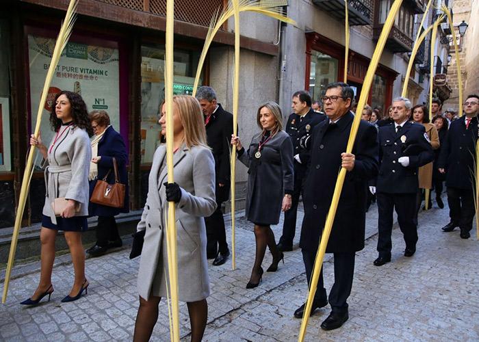 La Corporación municipal, encabezada por la alcaldesa, Milagros Tolón, participa en los actos de celebración del Domingo de Ramos