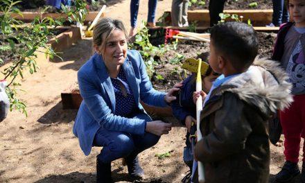 Milagros Tolón comparte con escolares del Colegio Público 'Garcilaso de la Vega' la primera plantación de su nuevo huerto