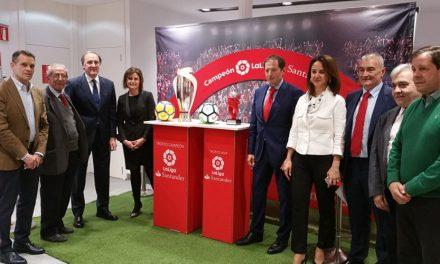 El Ayuntamiento respalda la presentación de la Copa de la Liga Santander que podrá visitarse en Toledo hasta el día 6 de abril