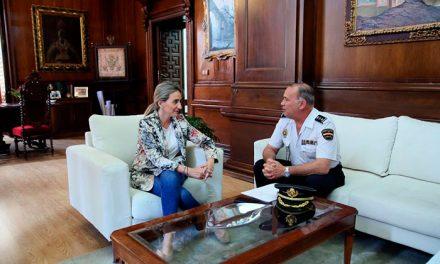 Primera toma de contacto entre Milagros Tolón y el nuevo jefe provincial de la Policía Nacional