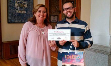 El ganador del concurso 'Toledo Enamora 2018' recoge en el Ayuntamiento el cheque para asistir a una Cena a Ciegas