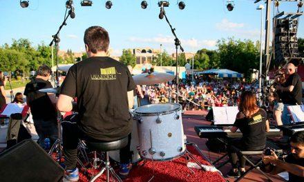 Las Fiestas del Polígono se cierran con una gran afluencia de público y una respuesta multitudinaria al concierto de Rosendo
