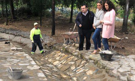 La alcaldesa visita las obras de consolidación del talud de la bajada de Santa Ana que da acceso a la senda ecológica