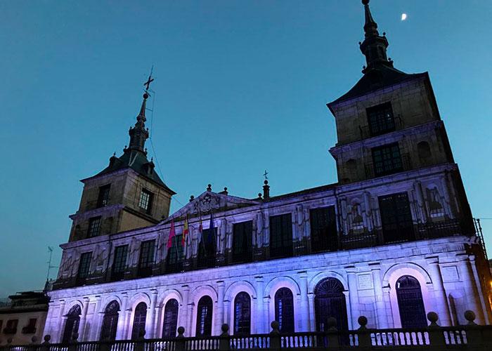 La fachada del Ayuntamiento se tiñe de azul con motivo del Día Mundial del Refugiado que se conmemora este miércoles 20 de junio
