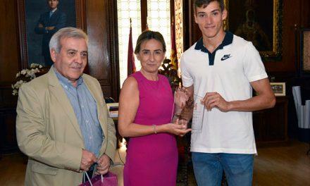 Milagros Tolón destaca los valores del deporte en la juventud y entrega al atleta toledano Lucas Búa el premio al mérito deportivo