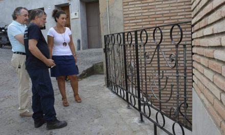 El Ayuntamiento mejora la seguridad de la calle de la Cava Alta con una barandilla de forja ornamental gracias a los talleres de empleo