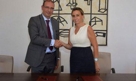 Milagros Tolón rubrica el contrato de la ORA y avanza que las obras en el aparcamiento de Santa Teresa comenzarán en octubre