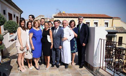 La alcaldesa destaca el afán emprendedor de Adolfo Muñoz, hijo adoptivo de la ciudad, en la apertura de su nuevo espacio hotelero