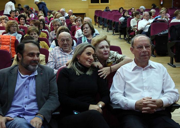 Milagros Tolón comparte con los usuarios del Centro Municipal de Mayores 'Santa María de Benquerencia' su fin de curso