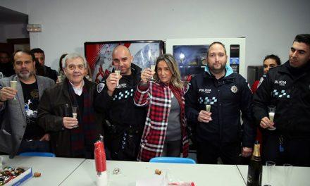 La alcaldesa felicitó la Navidad a los policías locales, bomberos y sanitarios del 112 que pasan la Nochebuena en turno de guardia