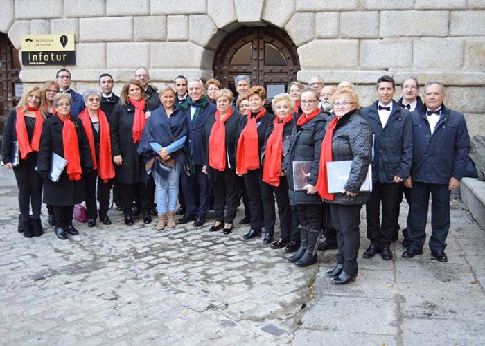 La música coral llega a la plaza del Ayuntamiento convertida en 'El corazón de la Navidad' con actividades, artesanía y un gran tiovivo
