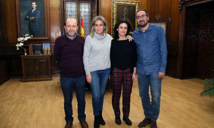 La alcaldesa recibe el agradecimiento de El Paisnal (El Salvador) por el apoyo de Toledo a un proyecto de Escuelas para el Mundo