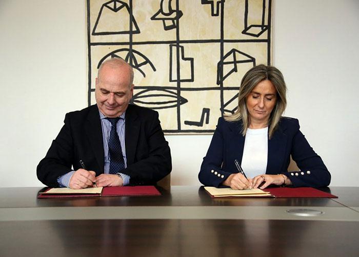 Ayuntamiento y Cáritas firman un convenio para gestionar los contenedores de recogida de ropa usada