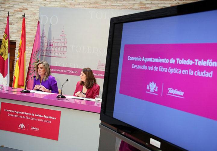 La alcaldesa firma el convenio para hacer llegar la fibra óptica a hogares, comercios y empresas del Casco Histórico y otras zonas de la ciudad