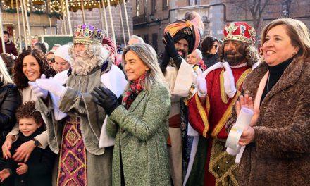 Milagros Tolón recibe a Sus Majestades los Reyes Magos de Oriente en el Ayuntamiento y les desea una feliz y mágica noche