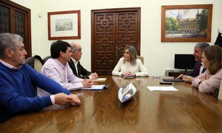 La alcaldesa y la Real Academia trabajan ya en actuaciones para dinamizar la economía del Casco y potenciar la población del barrio