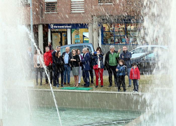 La alcaldesa asiste a la puesta en marcha de la fuente de Plaza de España que recupera su función y embellece el barrio
