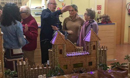 Milagros Tolón compartió la tarde con los mayores de la residencia 'Barber' y visita su exposición sobre maquetas de Toledo