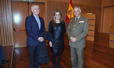 La alcaldesa asiste a la conferencia 'Normativa y Protocolo del uso de la Bandera Nacional' enmarcada en el ciclo de la muestra 'Rojo, amarillo y rojo'