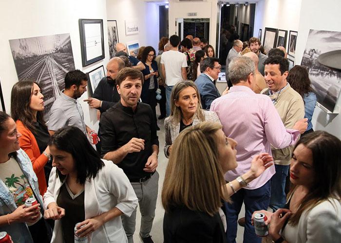 Milagros Tolón traslada el apoyo municipal a emprendedores como el fotógrafo Carlos Moreno y su proyecto 'Retina'