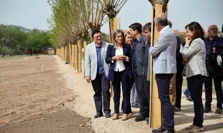 La alcaldesa señala que la nueva senda peatonal de Vega Baja es el primer paso para integrar el yacimiento arqueológico en la ciudad