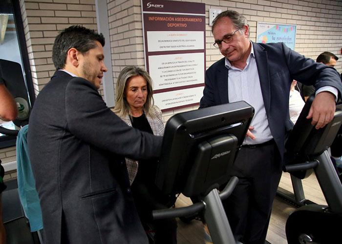 La alcaldesa de Toledo visita el Centro del Agua de Toledo que ha incorporado nuevas máquinas de ejercicio cardiovascular