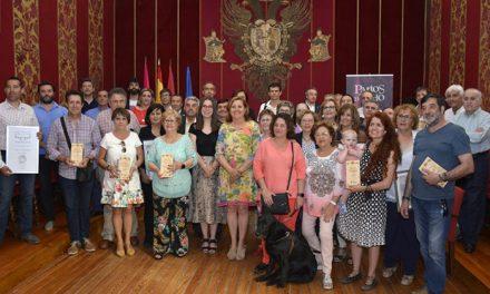 El Ayuntamiento reconoce la contribución de la Asociación Amigos de los Patios a la Semana Grande del Corpus en su 20 aniversario