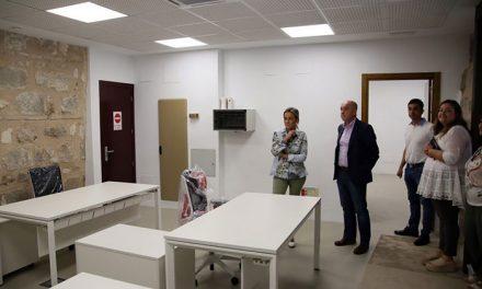 Las obras de mejora de la Oficina de Turismo del Ayuntamiento dan paso a la instalación del mobiliario antes de su reapertura