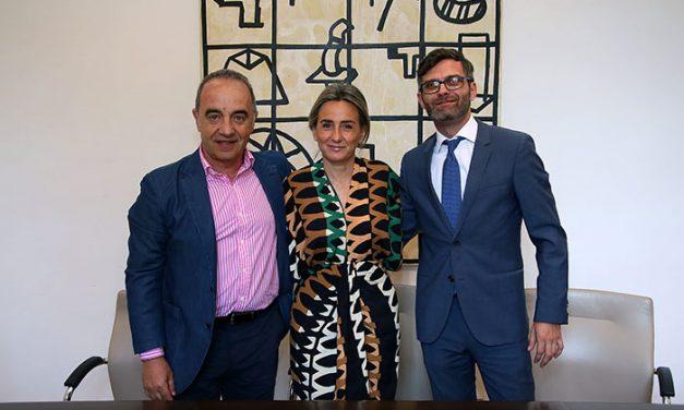 La alcaldesa firma un convenio con la Fundación Mapfre para que usuarios de Plena Inclusión hagan prácticas en el Ayuntamiento