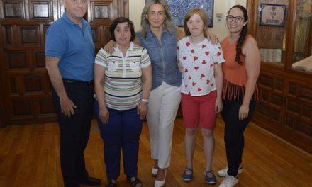 La alcaldesa comparte la jornada con empleadas en prácticas en el Ayuntamiento de la Asociación Down Toledo