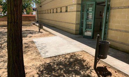 El Ayuntamiento construye dos nuevas rampas en la entrada de la piscina municipal de Azucaica para mejorar el acceso