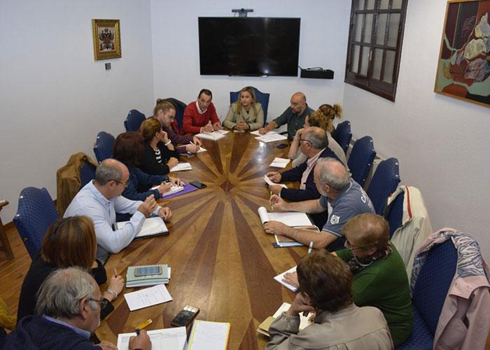 El Gobierno local reúne a las asociaciones de vecinos en el Ayuntamiento para detallar la programación de Navidad y Reyes 2019-2020