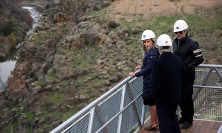 Milagros Tolón supervisa la instalación de la nueva pasarela de la ermita del Valle que permitirá hacer accesible este espacio