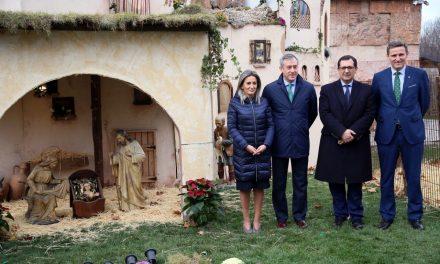 La alcaldesa inaugura el Belén de Eurocaja Rural y destaca su capacidad para reactivar el comercio en el barrio de Santa Teresa