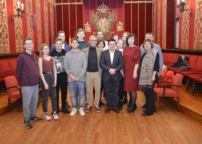 Alumnos de Letonia que participan en un proyecto educativo de intercambio con el IES Princesa Galiana conocen el Ayuntamiento de Toledo