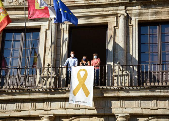 El Ayuntamiento de Toledo se suma a la campaña de sensibilización del cáncer infantil y luce ya en su fachada principal el lazo dorado