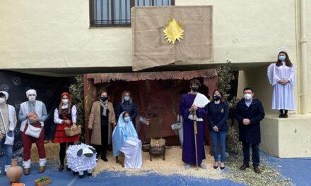 La alcaldesa de Toledo comparte con profesores y alumnos el Belén Viviente del colegio 'Divina Pastora'